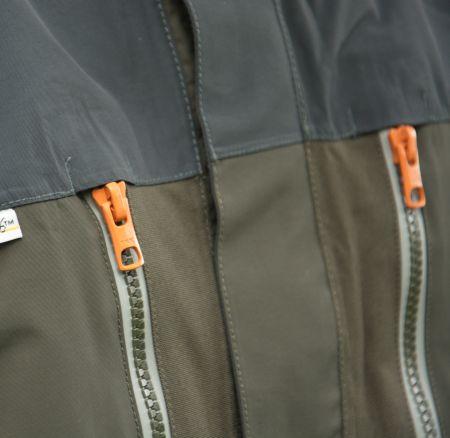dve vodeodolné predné vrecká na hrudi